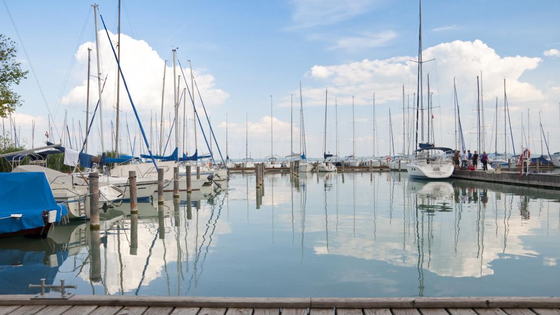 Balesetveszély a Balatonon: rejtélyes betoneszközök bújnak a víz alatt