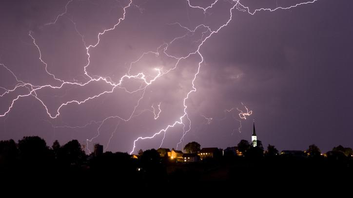 Órák óta tombol a vihar: villámárvíz veszélye is fennáll Borsodban
