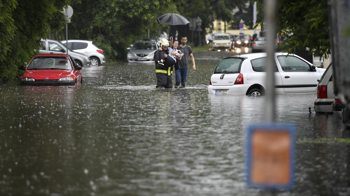 Brutális vihar csapott le a vidéki városra: képeken az utcákon hömpölygő özönvíz