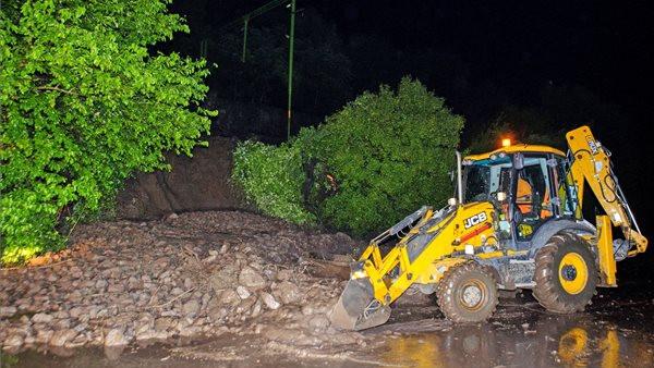 Lezárták a 12-es főutat: sárlavina árasztotta el a vasúti pályát és az autóutat