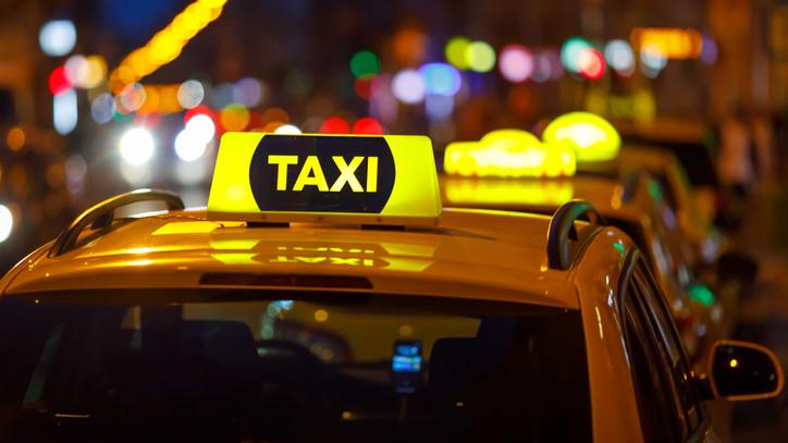 Megdöbbentő támadás Pécs belvárosában: fegyvert fogtak egy taxisra