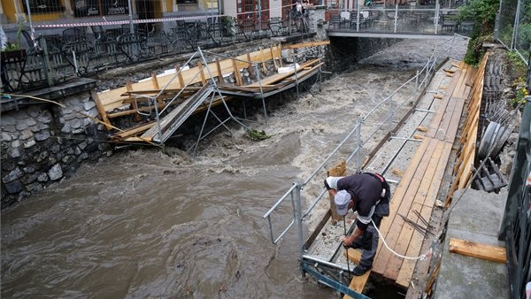 Durva árhullám érte el Miskolcot: fotókon a tajtékos Szinva patak