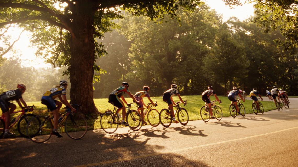 Súlyos tömegbaleset a magyar kerékpárversenyen: közel ötvenen estek el