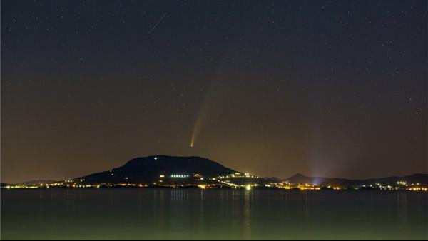 Lenyűgöző égi jelenség: több városban lencsevégre kapták a csodálatos üstököst + FOTÓK
