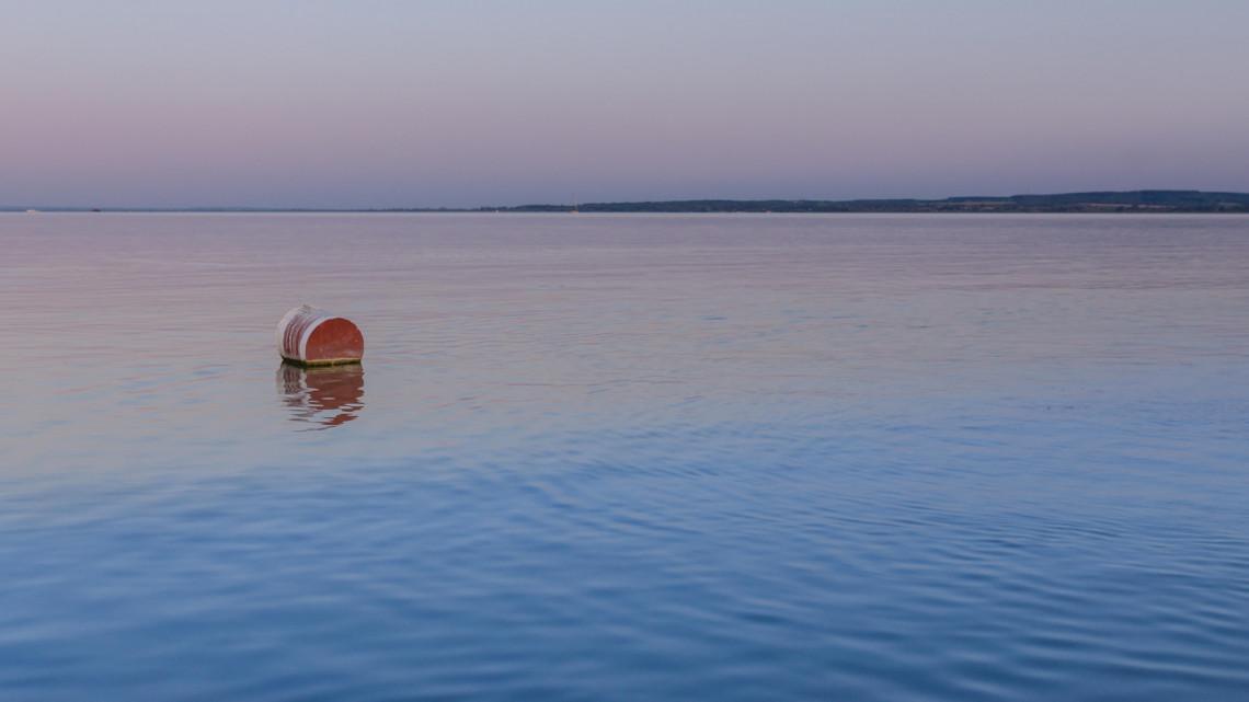 Hihetetlen kiállítás indul a magyar tengernél: bójákon úsznak a retro Balatont idéző képek
