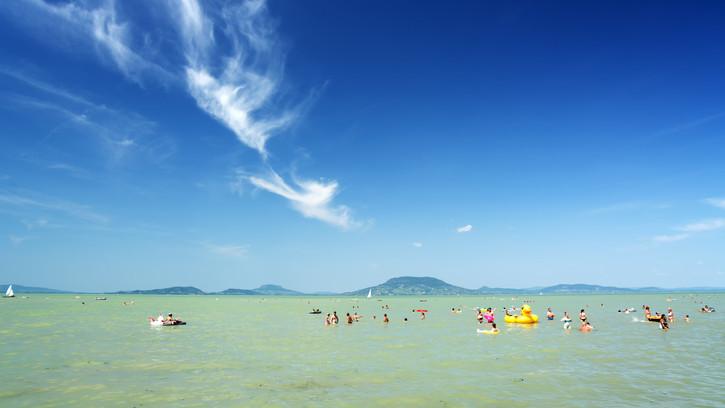 Jó hír a strandolni vágyóknak: fürdésre alkalmas a balatoni strandokon vízminőség