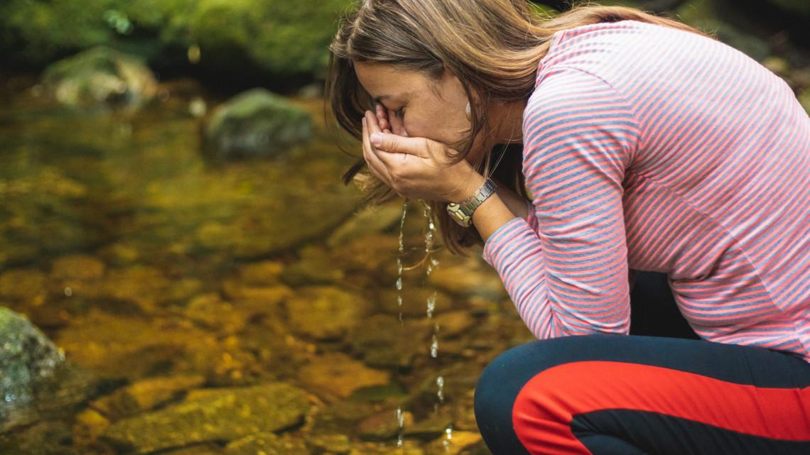 Sok év után újra működik a balatoni forrás: egyelőre még inni nem lehet a kút vizéből
