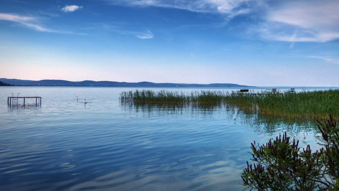 Hihetetlen: kenus mentett meg egy eltévedt, ittas fürdőzőt a Balatonnál