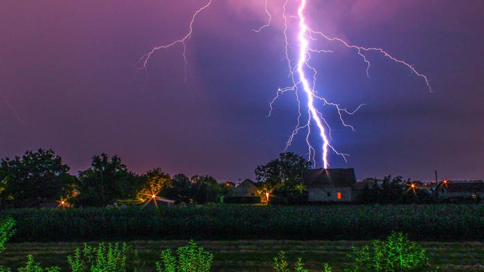 Elsötétül az ég az ország felett: kiadták a figyelmeztetés, brutális villámlás kíséri majd a vihart