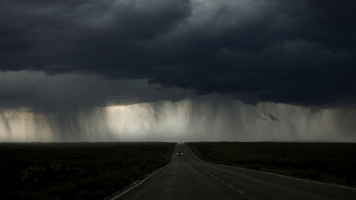 Brutális özönvízre készülhetnek ezek a megyék: széllel és jégesővel jön a felhőszakadás