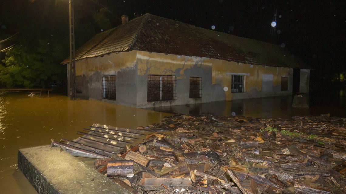 Megdöbbentő fotókon a mindent elborító özönvíz: családokat kellett kitelepíteni ebben a megyében