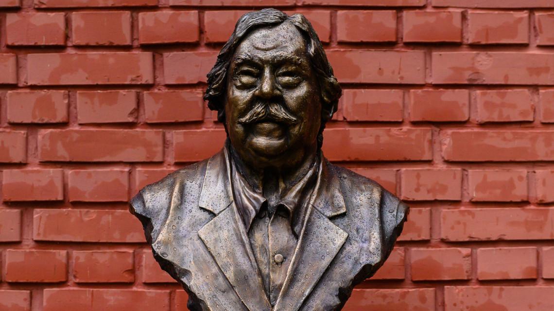 Balatonon kapott szobrot a legnagyobb magyar mesemondó: máig generációk imádják a hőseit
