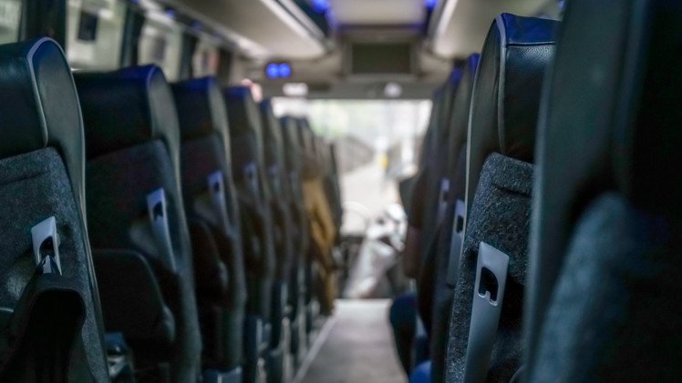 Döbbenetes videó: saját veszélyes manőverezését videózta a buszsofőr a vízzel elárasztott úton