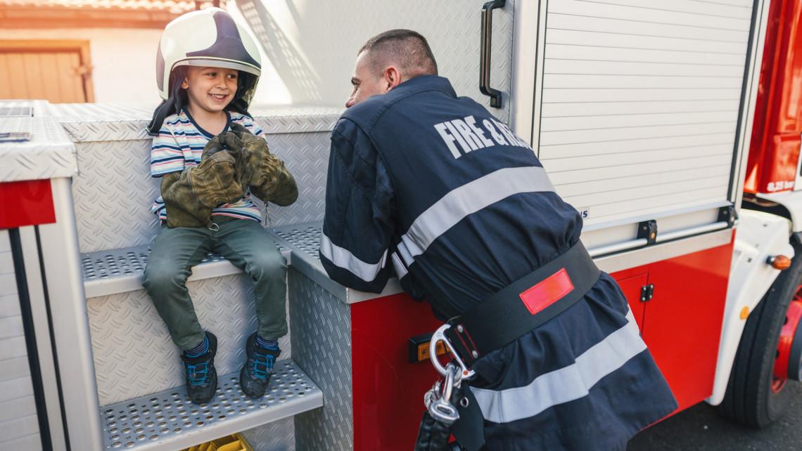 Beteg kisfiú álmát teljesítették a vidéki tűzoltók: néhány órára igazi parancsnok lehetett