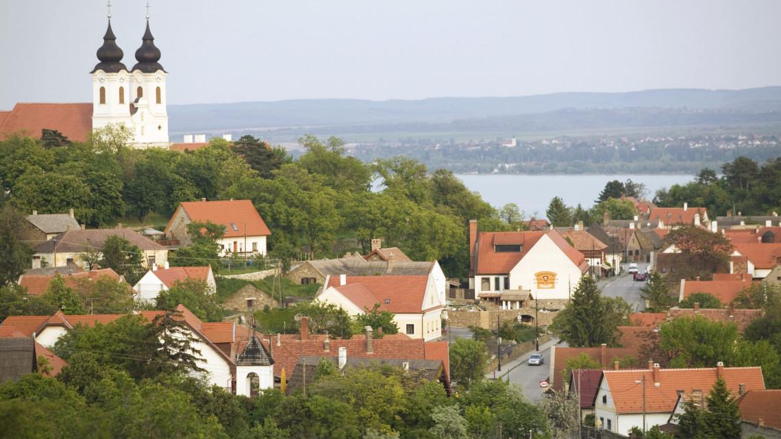 Brutális ingatlanárak a Balatonnál: ezeken a településeken, akár kétszeres árat is fizethetünk