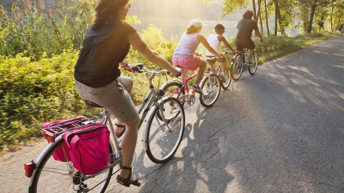 Hihetetlen: így szelik át 10 nap alatt az országot kerékpárral