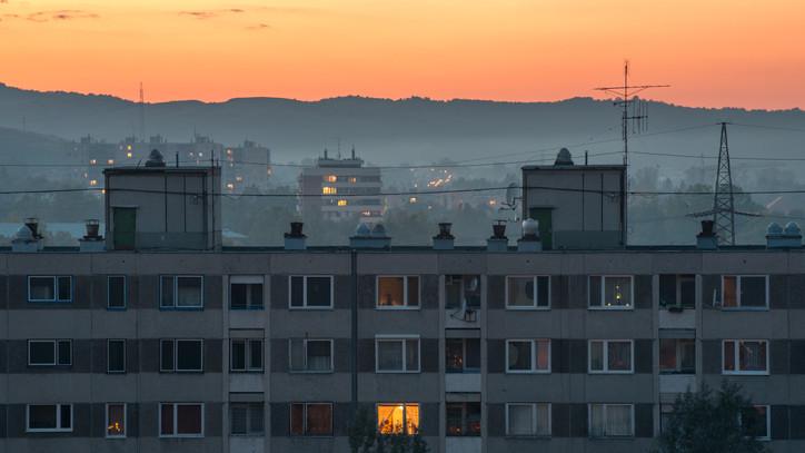 Csőtörés egy tatabányai lakótelepen: szünetel a melegvíz-szolgáltatás