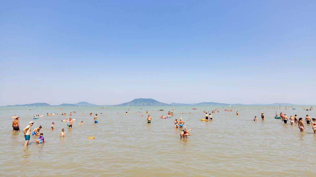 Ki lehet akasztani a megtelt táblát a Balatonra: ez várja a családokat a hosszúhétvégén