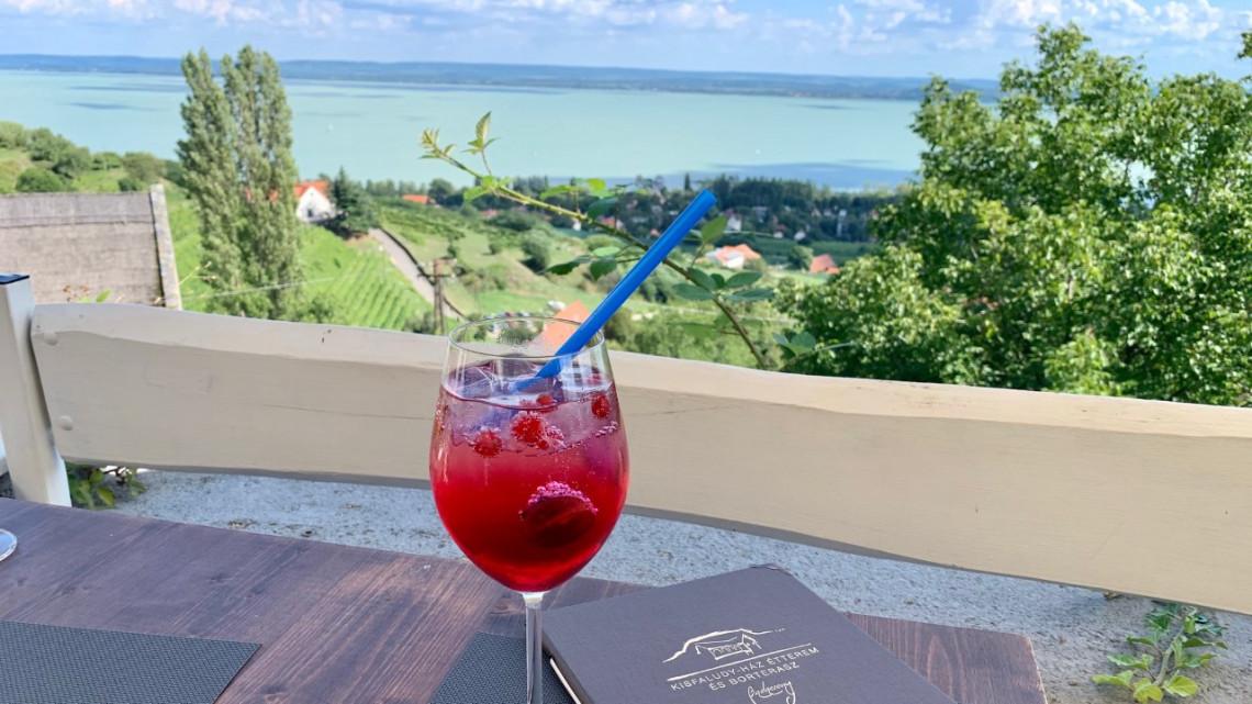Teszt: a csodás panorámán túl mit kínál a Balaton egyik legmagasabban fekvő étterme?