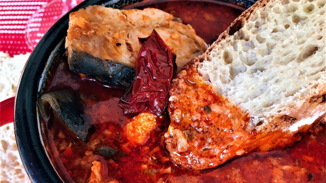Passzírozzuk vagy nem passzírozzuk? Így készül a legfinomabb magyar halászlé