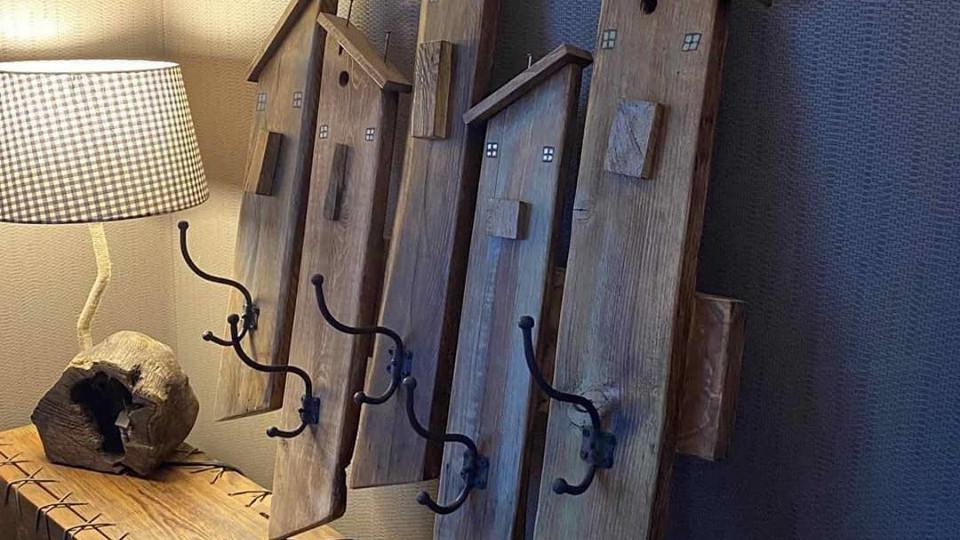 Romokból készít csodálatos bútorokat ez a vidéki kántor: az IKEA elbújhat...