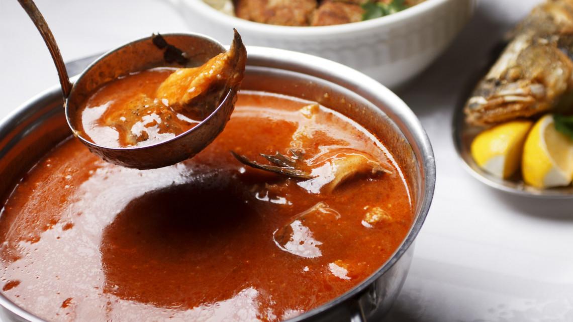 Sűrű, ízes és enyhén csípős: íme a legfinomabb magyar halászlé receptje