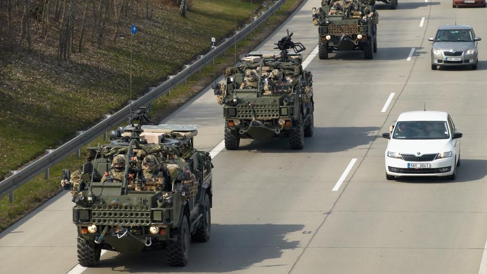 Katonai konvojok lephetik el hamarosan az utakat: mutatjuk, hol lehet rájuk számítani