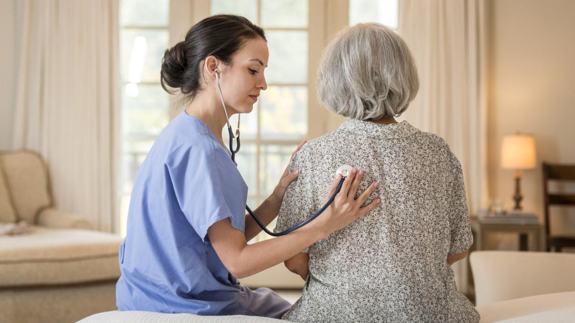 Borúlátó jóslat: ekkor fertőződhetnek meg koronavírussal az idősek a főorvos szerint