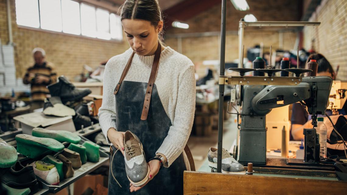 Csodálatos lábbelik készülnek ebben a vidéki üzemben: feltámad a magyar cipőgyártás?