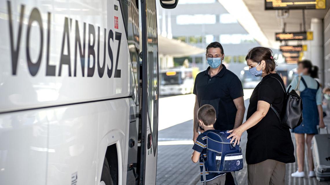 Mától szigorodnak a szabályok: aki nem hord maszkot, azt leszállítják a vonatokról és buszokról