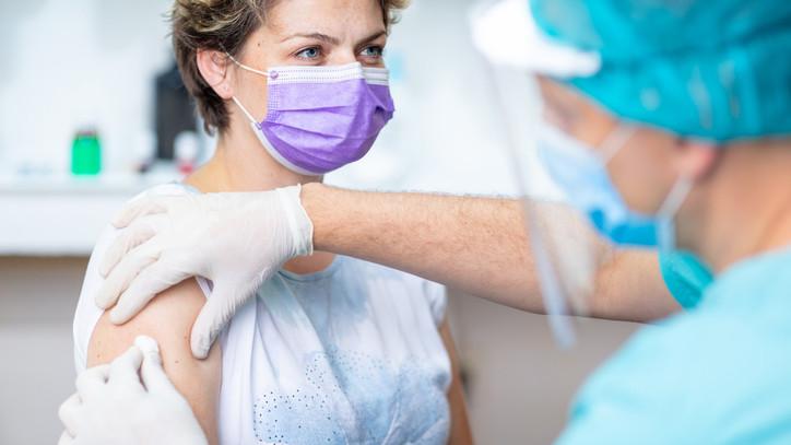 Müller Cecília: a hétvégén 74 ezer 60 év alatti krónikus beteget tervezünk beoltani