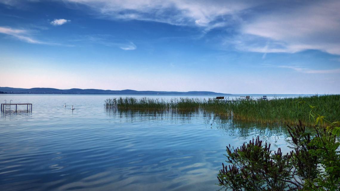 Nincs béke a Balatonnál: ezekre a strandokra szezon után se mehetnek be a horgászok
