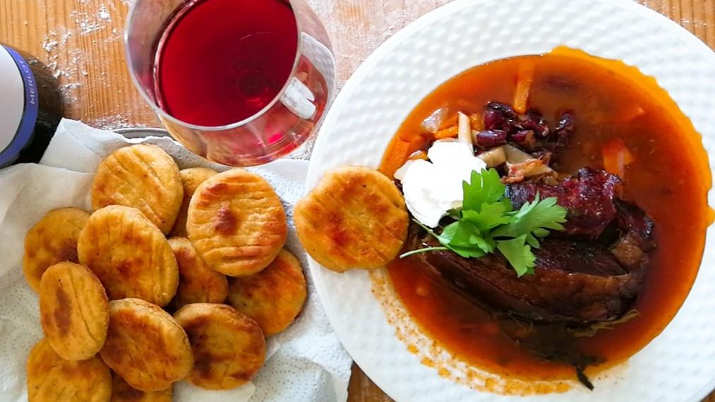 A legfinomabb őszi lélekmelegítő: íme a tökéletes csülkös bableves és krumplis pogácsa receptje