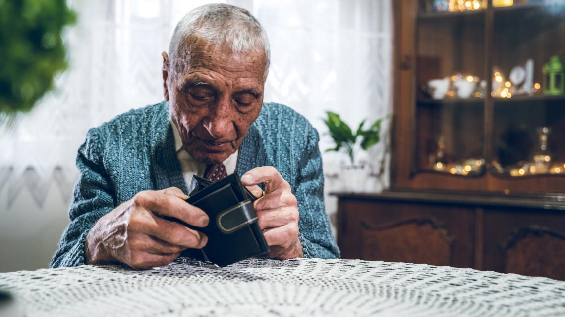 Megkezdi a kormány a 13. havi nyugdíj fokozatos visszaépítését: mutatjuk, mire lehet számítani