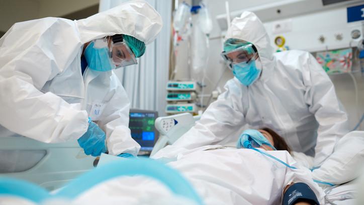 Nem lehet hátradőlni: jelentősen nőtt az új fertőzöttek száma, még mindig magas a halálozás