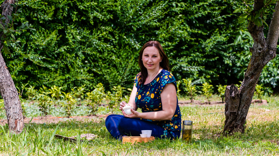 Elárulta titkát a magyar tea hercegnője: csodálatos ital terem a hazai dombokon