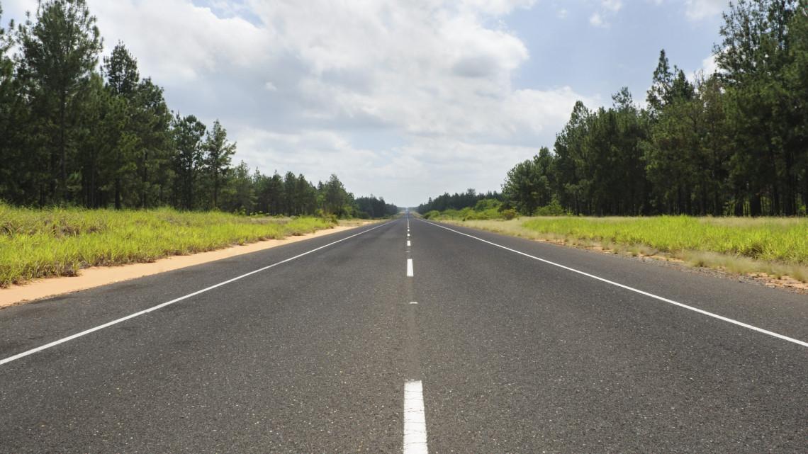 Veszélyes útszakasz: rendhagyó megoldást eszelt ki a vidéki település