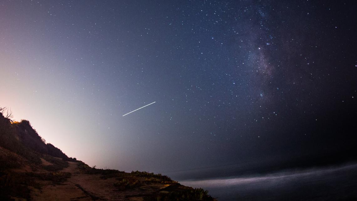 Videón a fantasztikus égi jelenség: hullócsillagok cikáztak a Balaton felett