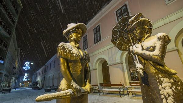 Éjszakai havazás: míg mi aludtunk, meseszépre festette a vidéki belvárost a friss hó