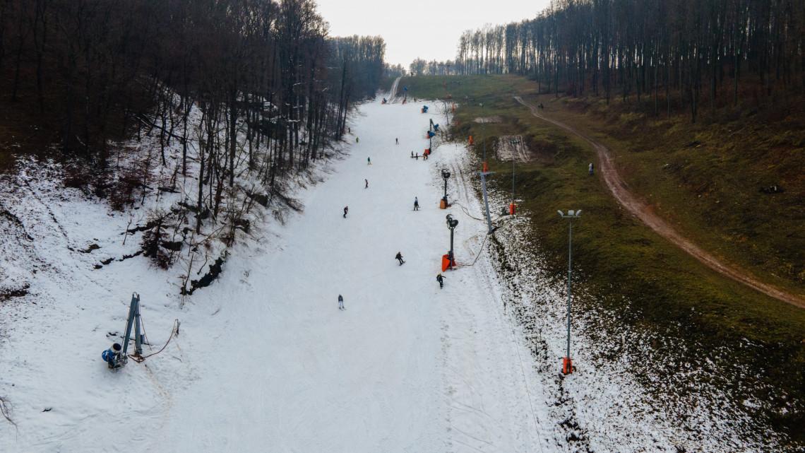 Megnyitott az első sípálya Eplényben: máris birtokba vették a magyarok