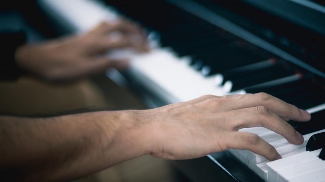 Szívmelengető: szolgálatot teljesítő katona zongorázott a vidéki kórházban