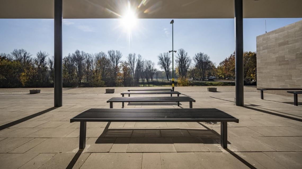 El se hiszed: ilyen hightech vasútállomáson is várakozhatsz a Balatonnál