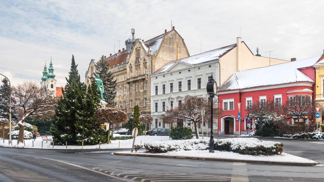 Félmilliárd forintos csinosítás: a patinás város várkerületébe még új klímatűrő fákat is ültettek