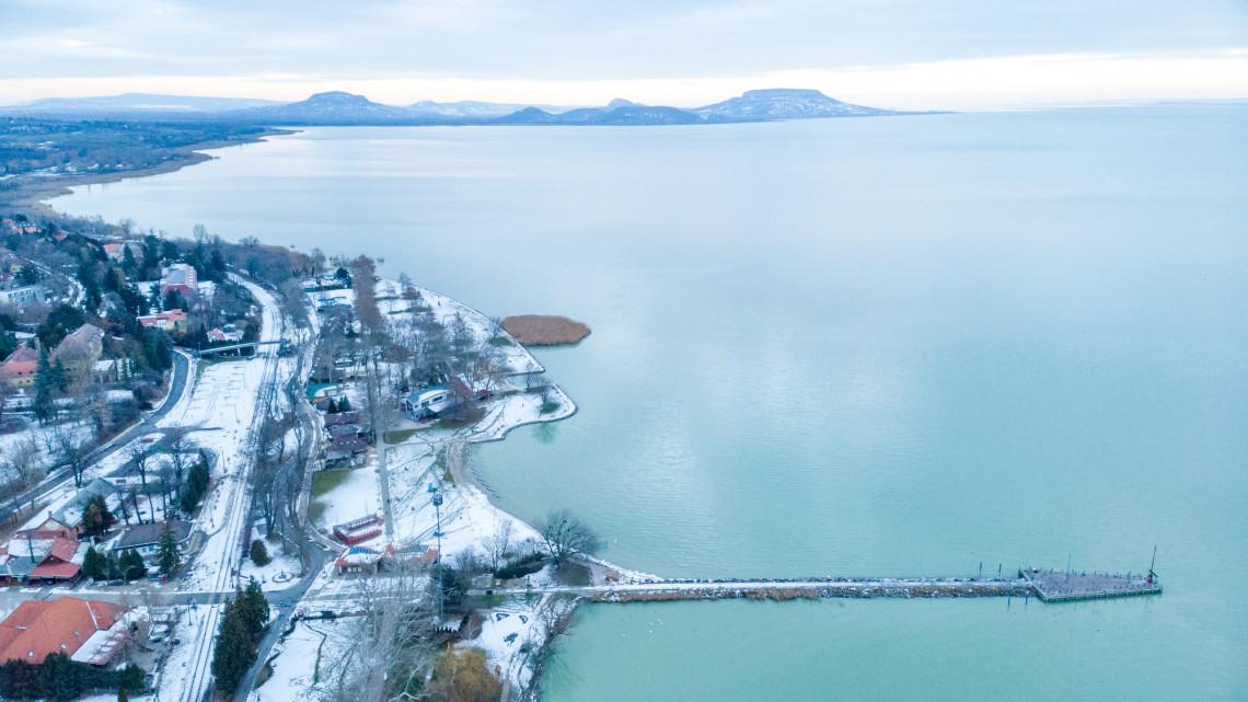 Tömegek rohanták meg a Balatont: megéri most házat, nyaralót venni a tónál?