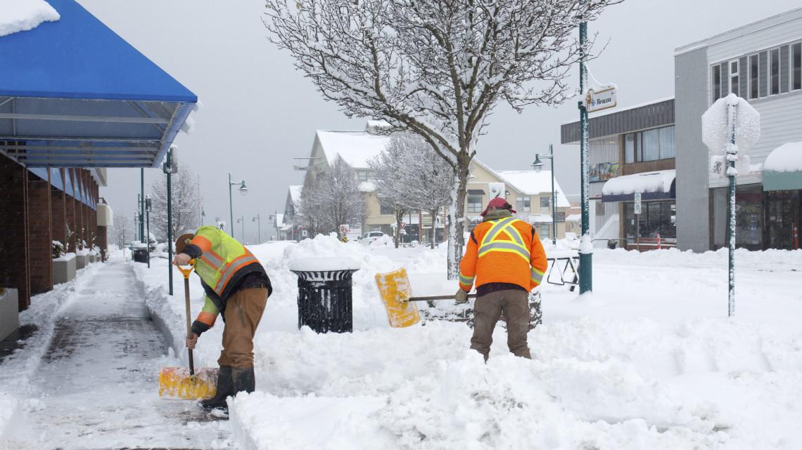 Elő a szánkókkal: a magyar vidékekre is megérkezett az első várva várt igazi havazás