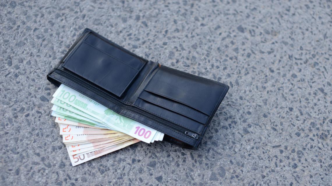 Rémálom Békéscsabán: 4 milliót  hagyott el, egész hétvégén kereste a pénzét