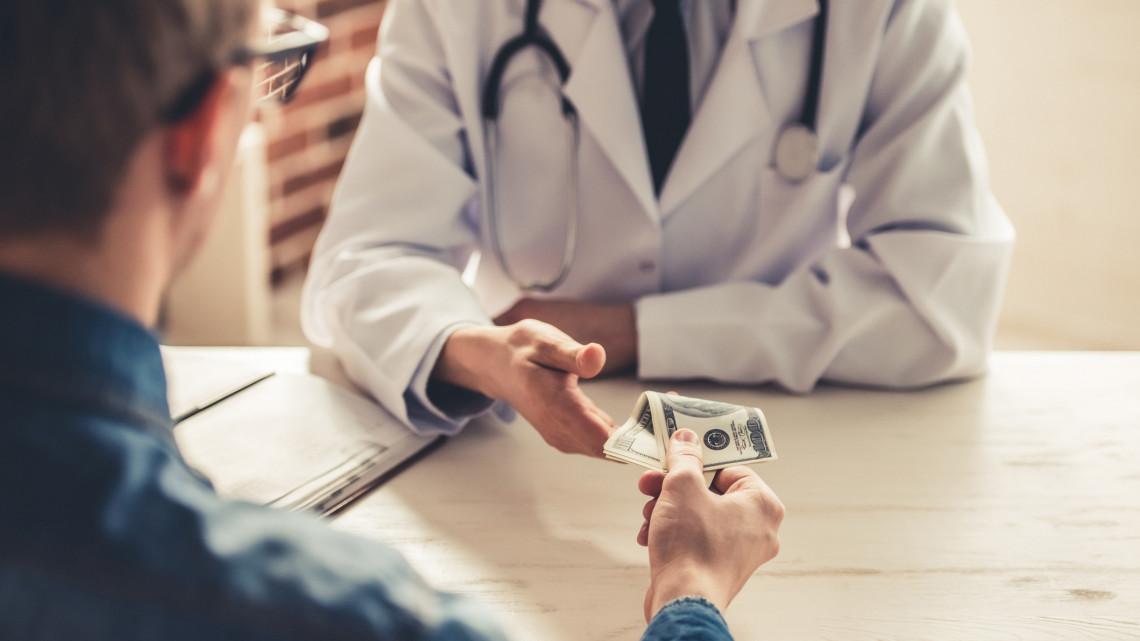 Hadjárat indul a hálapénz ellen: csapdával buktatják le az orvosokat, akik elfogadják