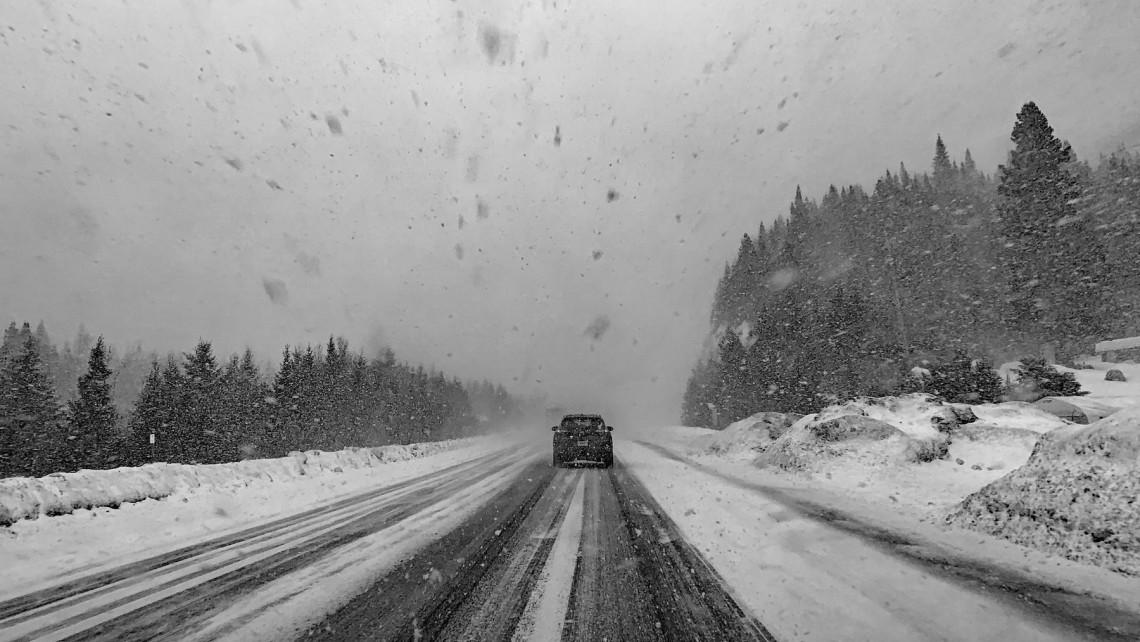 Ez durva: buszok csúsztak árokba a havazás miatt ebben a megyében