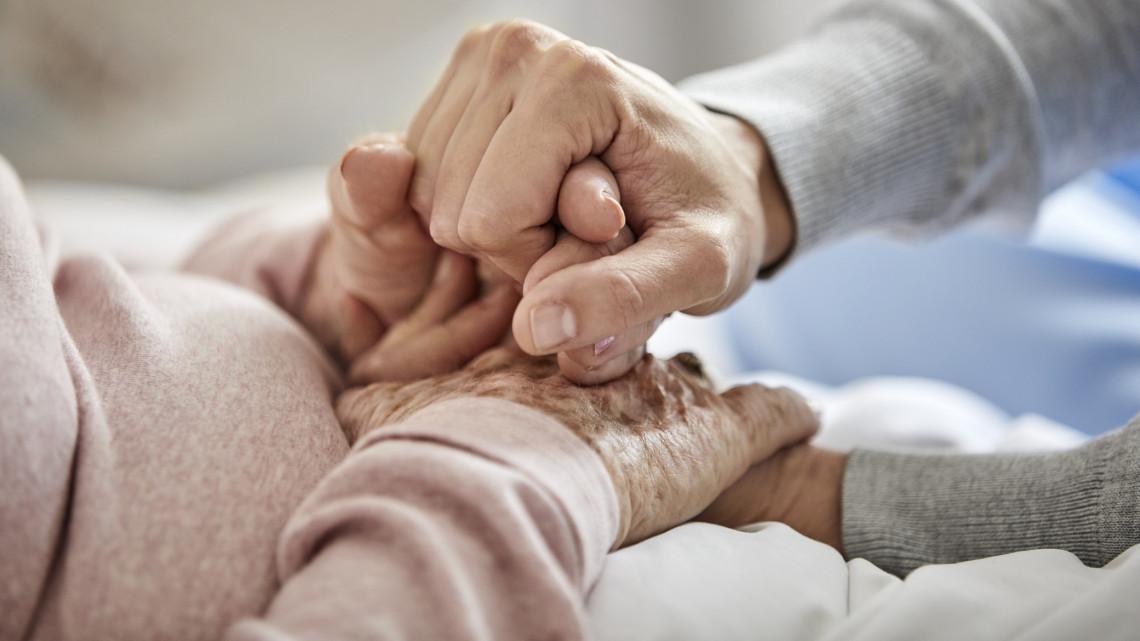 Vádat emeltek: idősek ingatlanát, pénzét és ékszereit csalta ki egy kiskunfélegyházi nő