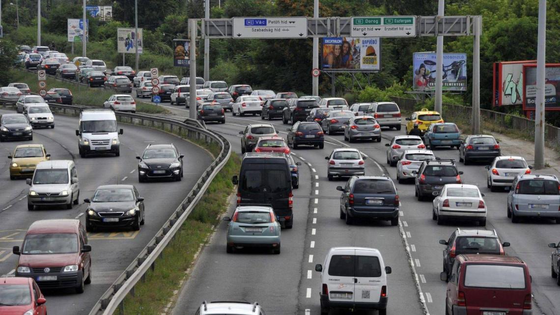 Figyelem: hatalmas a torlódás ezeken az utakon, több jármű is karambolozott